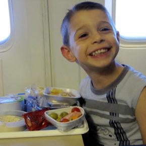 Și copiii mănâncă în avion