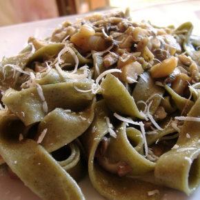 Tagliatelle cu vinete și semințe de pin