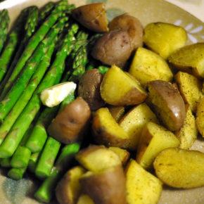 sparanghel şi cartofi noi cu dressing de lămâie