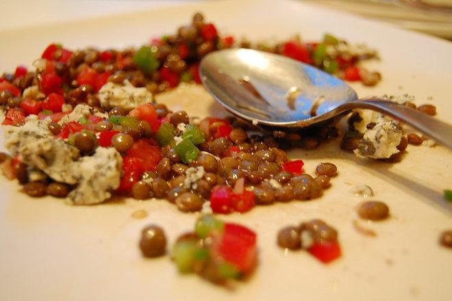 Salată cu linte şi nucă