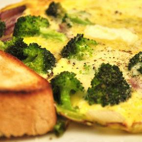 omletă cu broccoli și parmezan la cuptor