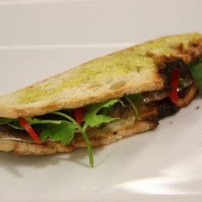 Sandviș cu pește și roşii