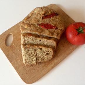 Pâine cu semințe și roșie