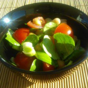 Salată de năut cu praz și roșii