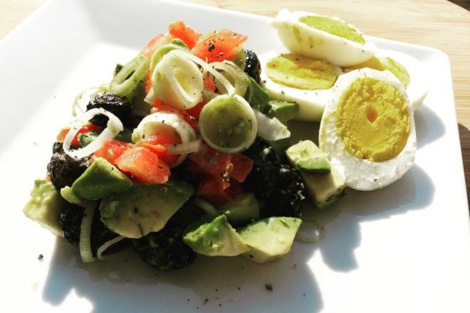 Salată cu avocado, măsline și praz