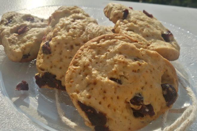 Biscuiți de casă cu cocos și merișoare